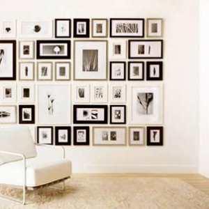 cuadro y sillon al fondo de una habitacion grande