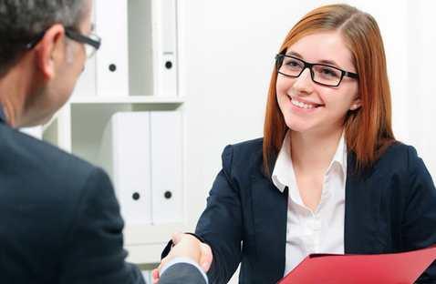 momento en el que entrevita a una persona por un trabajo