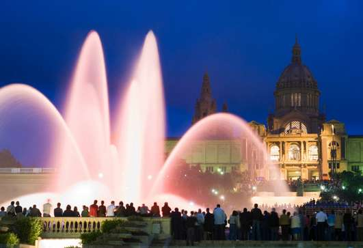 turistas visitan fuente málaga en barcelona