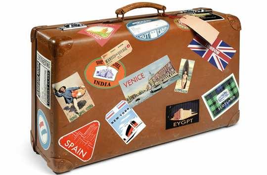 maleta de viaje con recuerdos de lugares visitados