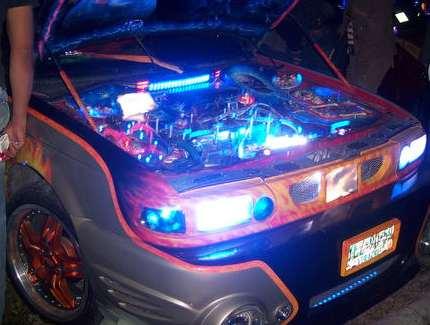 auto con luces de neon en el motor