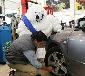 hombre revisando el coche antes de irse de viaje