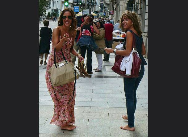 mujeres descalzas en la ciudad